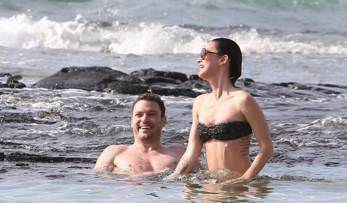 Меган Фокс в леопардовом купальнике-бандо на Гавайях