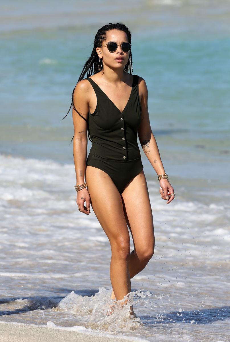 Зои Кравиц в черном сдельном купальнике на берегу Майами