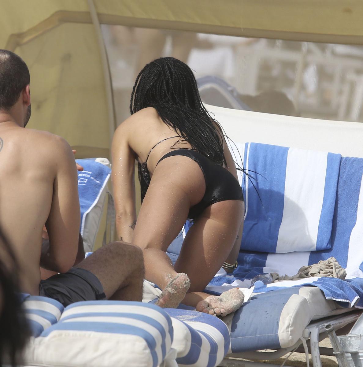 Зои Кравиц продемонстрировала упругую попку, отдыхая на пляже Майами