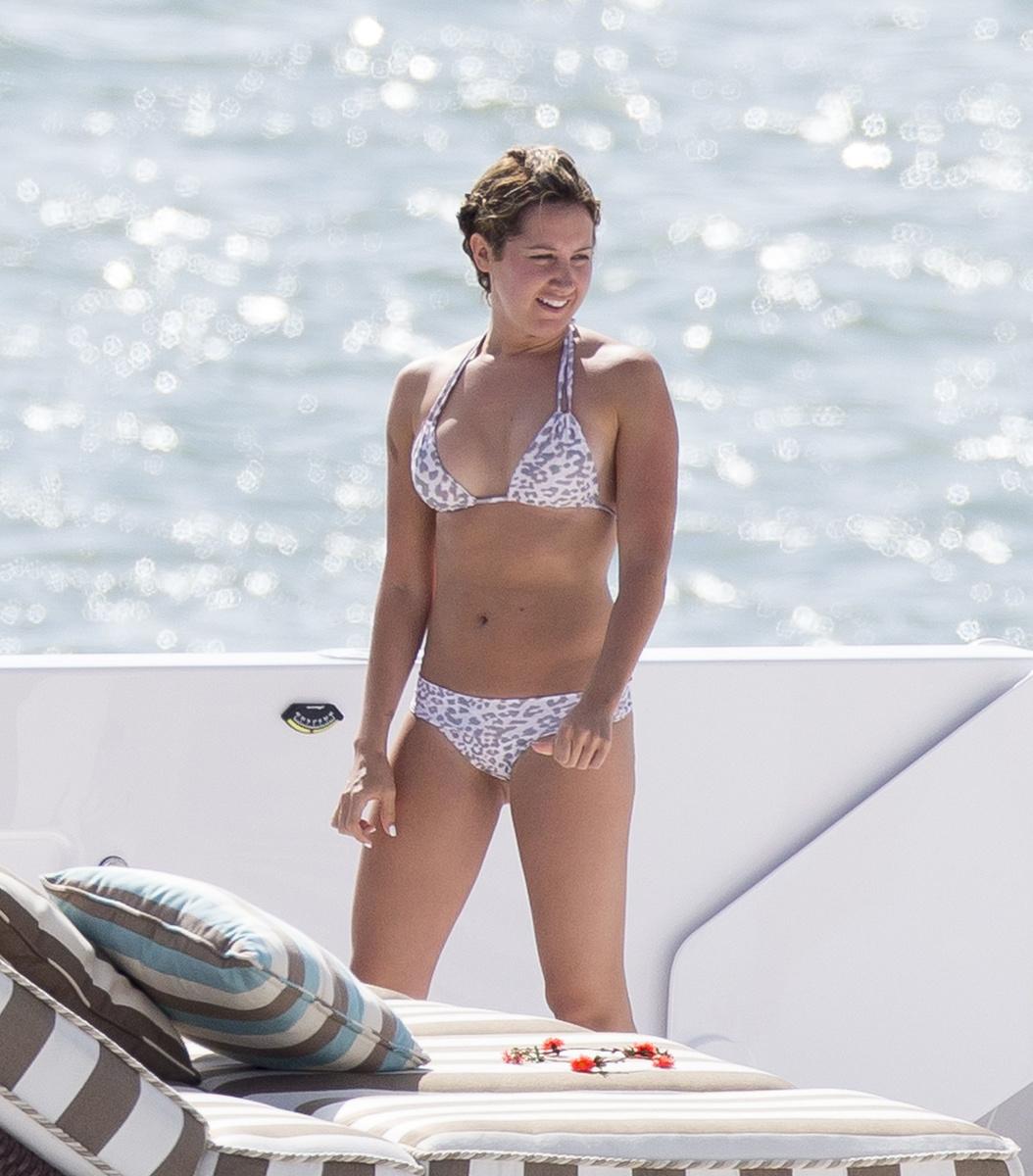Эшли Тисдейл в леопардовом купальнике на яхте