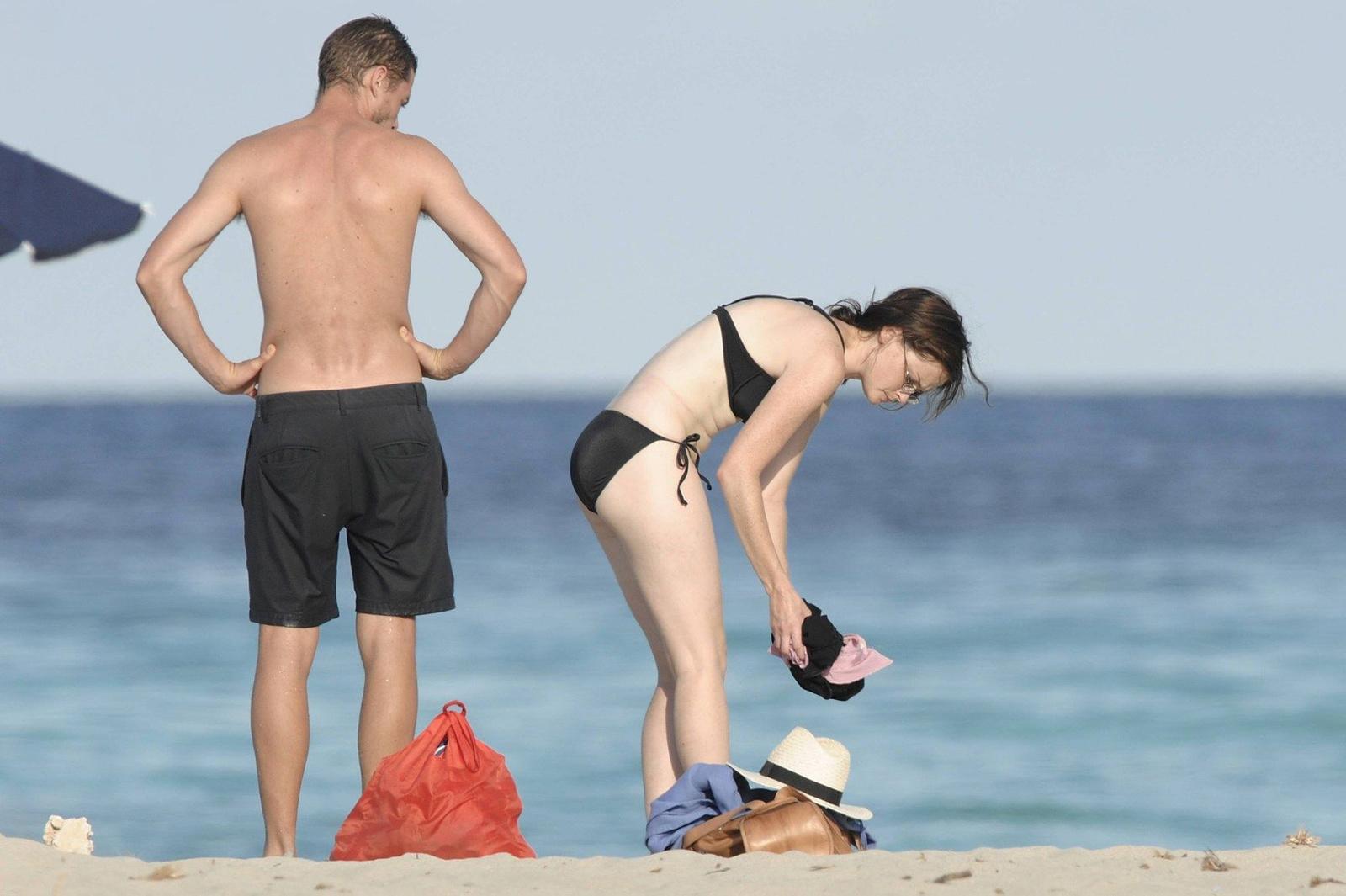 Алексис Бледел в черном купальнике на пляже