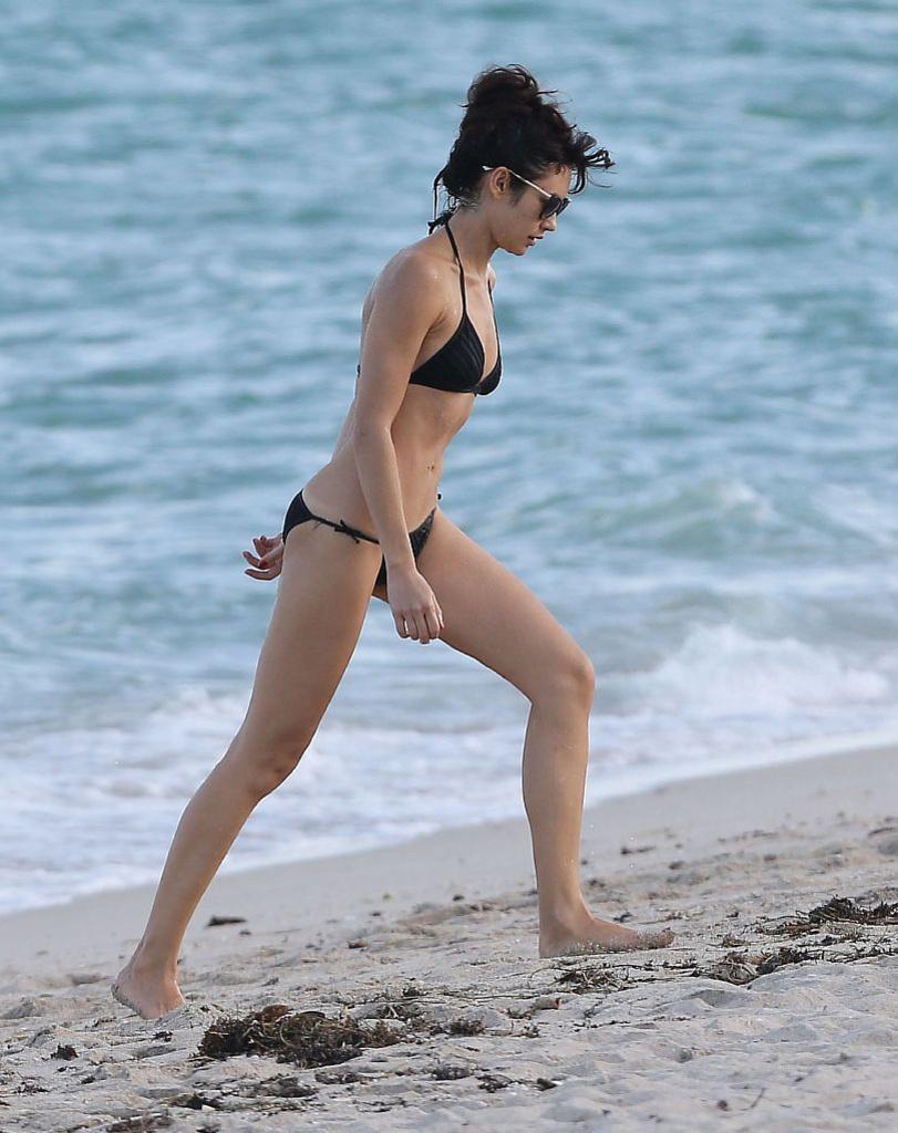 Ольга Куриленко в черном купальнике на пляже