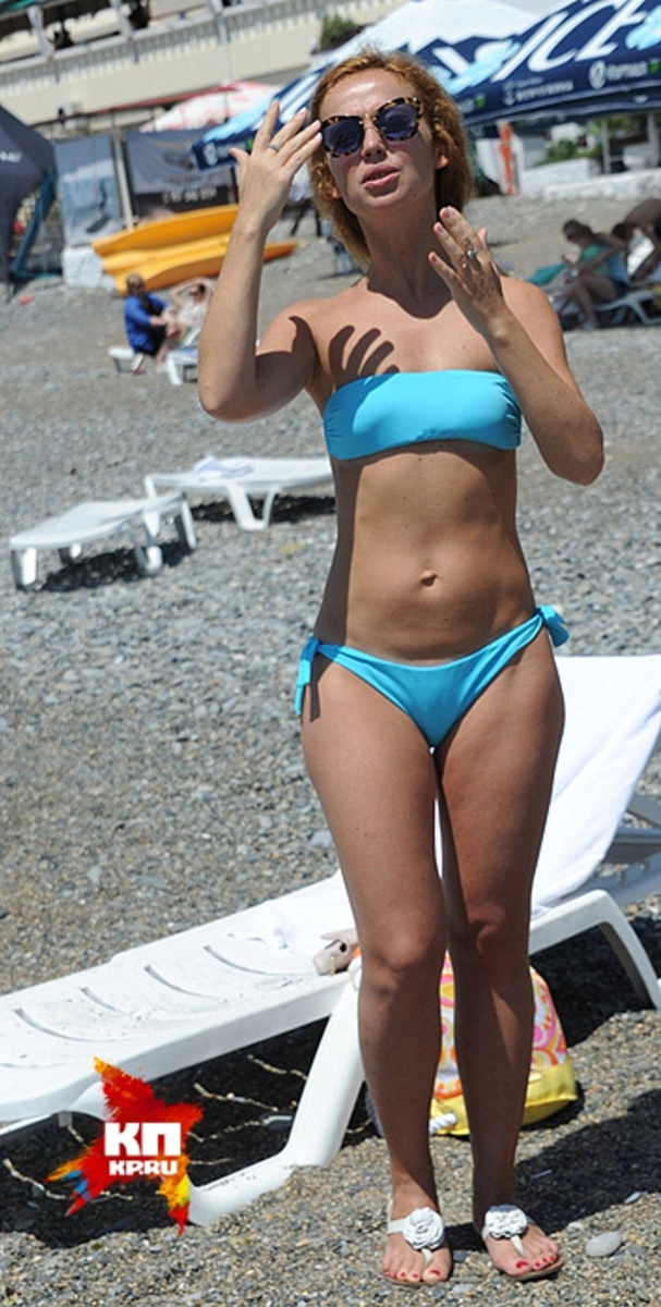 Елена Захарова в бирюзовом купальнике на пляже «Кинотавра»