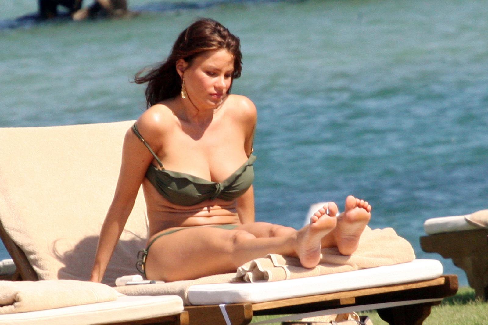 Аппетитная София Вергара в купальнике цвета хаки на Сардинии