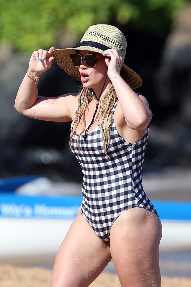 Хилари Дафф в слитном клетчатом купальнике на пляже Мауи