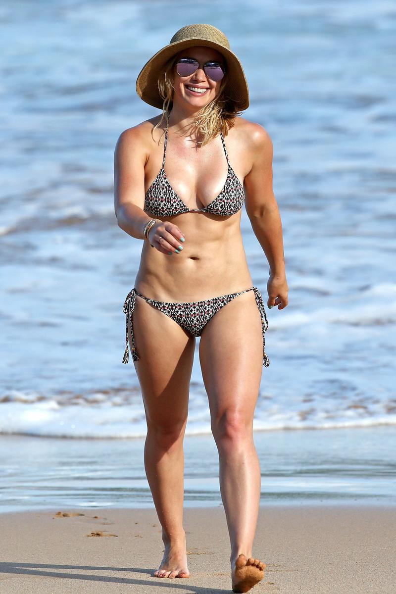 Хилари Дафф в пестром бикини на гавайском побережье