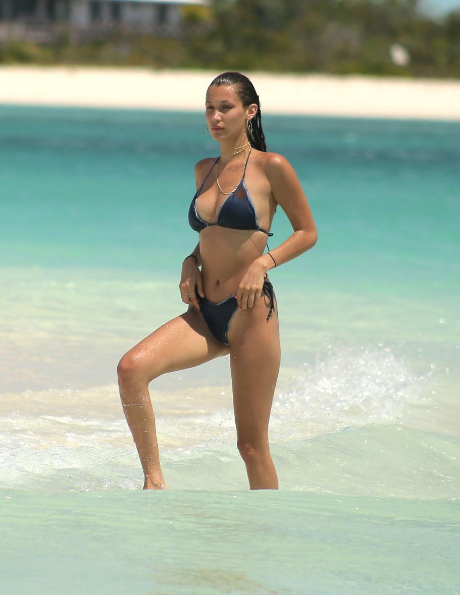 Белла Хадид в синем бикини на пляже Теркс и Кайкос