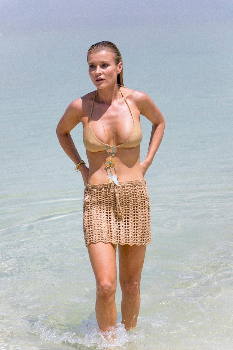 Джоанна Крупа в бежевом бикини отдыхает в Израиле