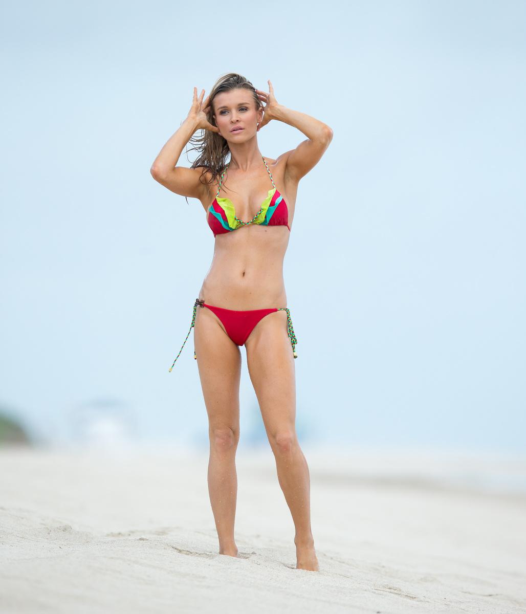 Джоанна Крупа в красном бикини с оборками