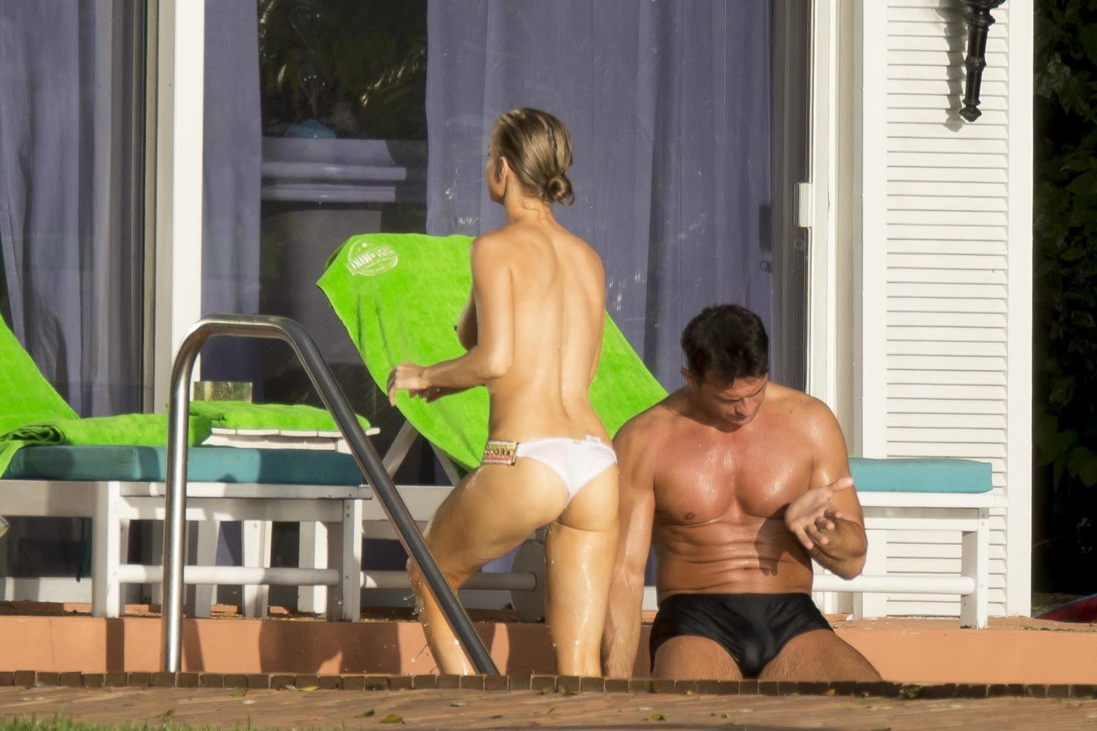 Джоанна Крупа купается в бассейне без верха