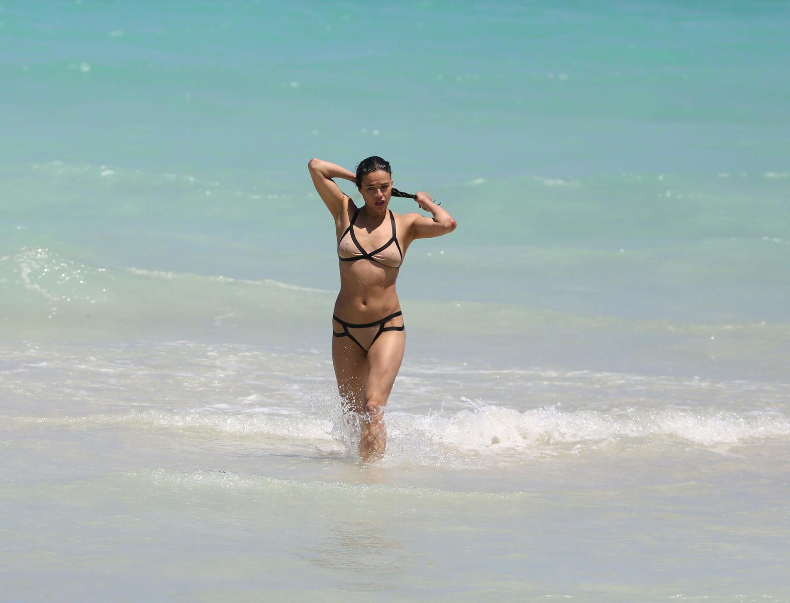 Мишель Родригес в бежевом бикини на побережье Майами