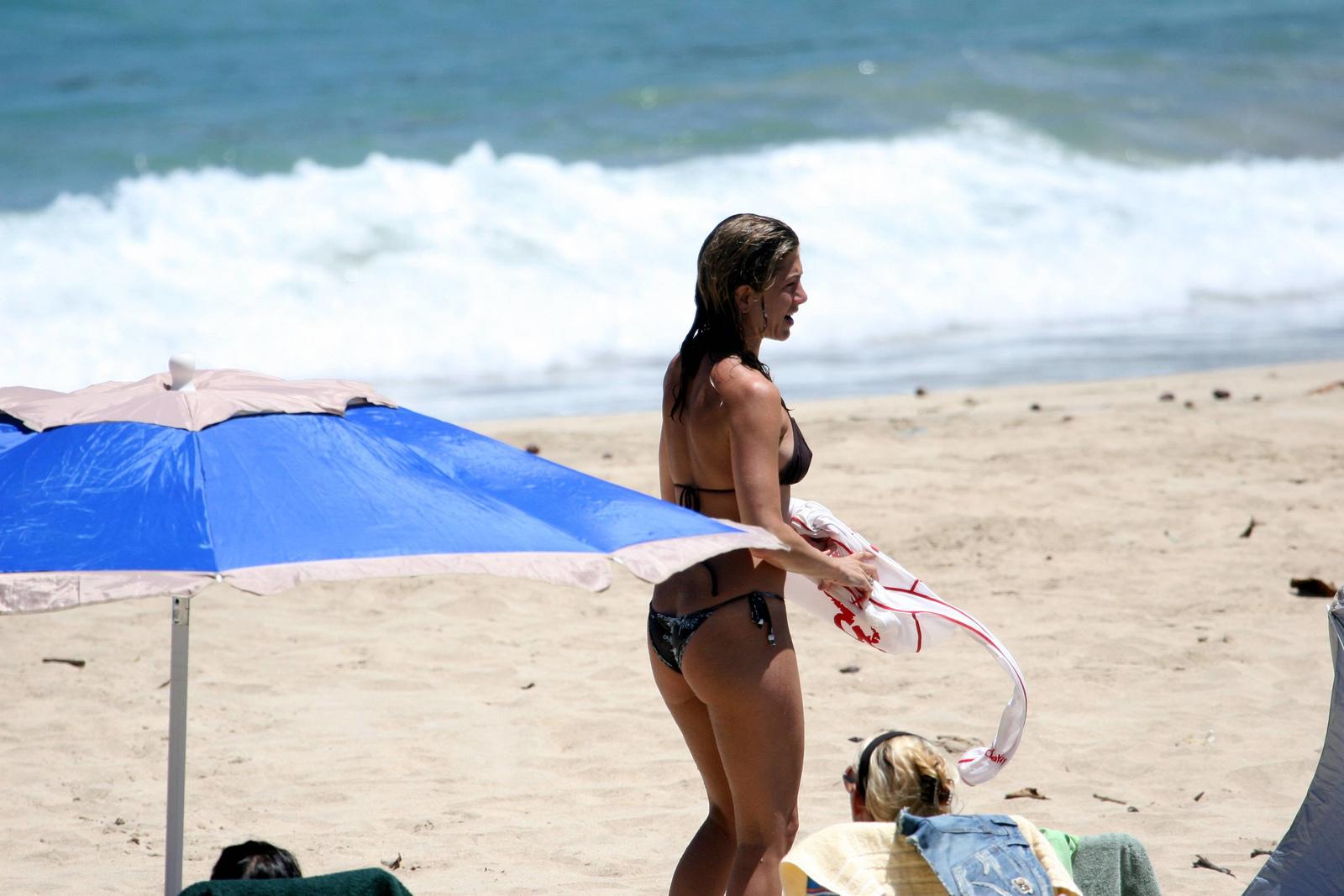 Дженнифер Энистон в шоколадном бикини на Гавайях