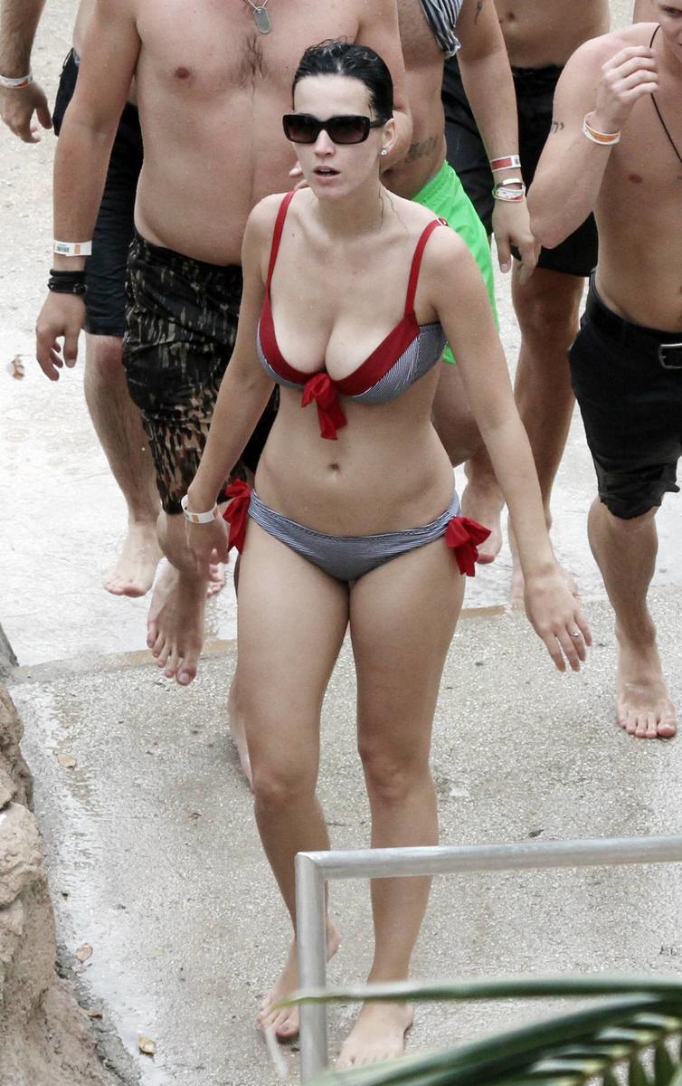 Кэти Перри в полосатом купальнике на Мальдивах