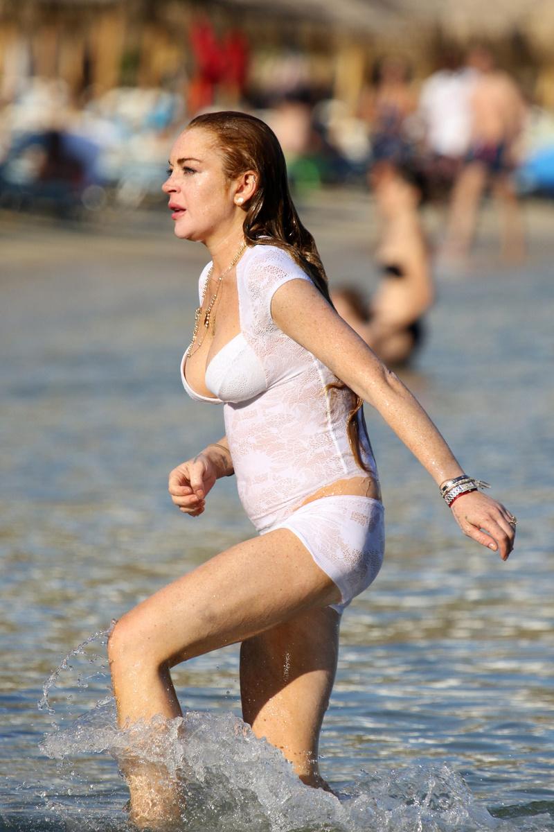 Линдси Лохан купается в Миконосе в очень странном наряде
