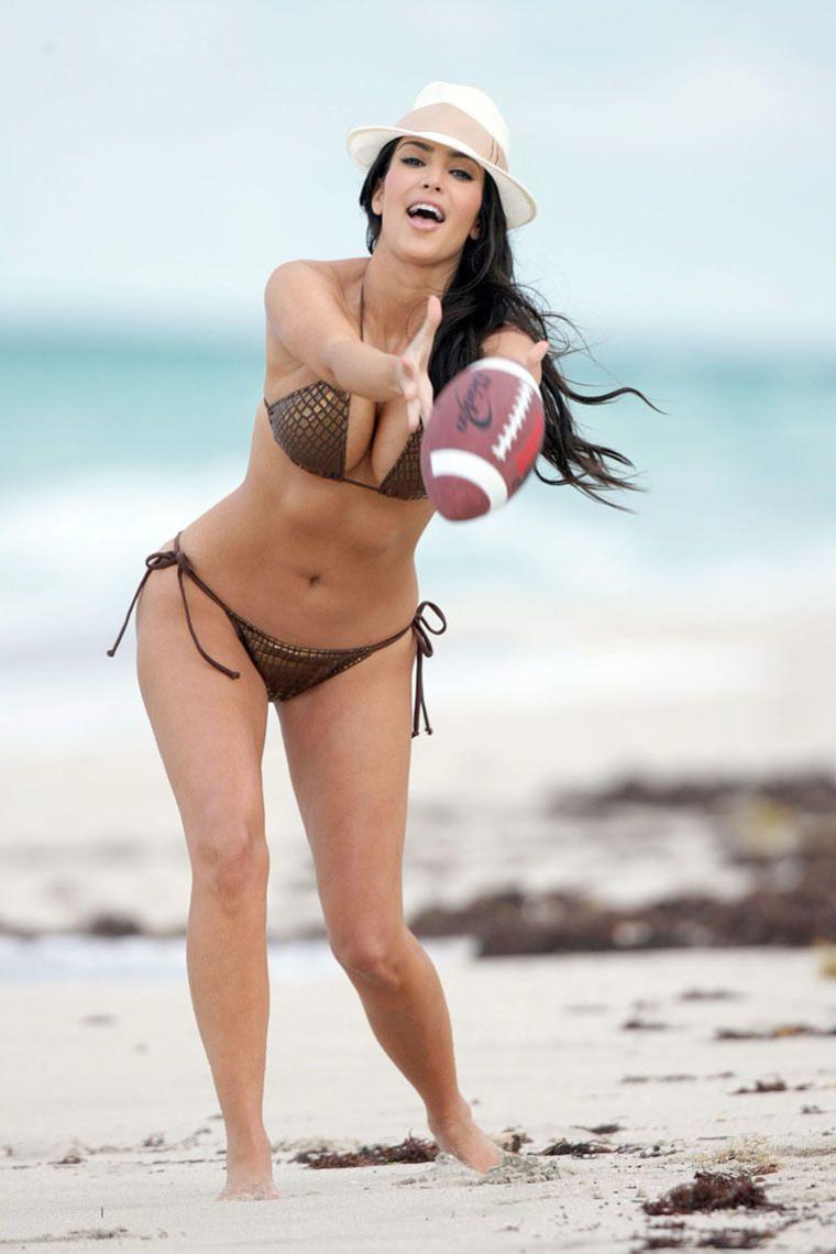 Ким Кардашьян активно отдыхает на пляже Майями