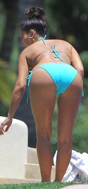 Ким Кардашьян на мексиканском побережье в бирюзовом бикини