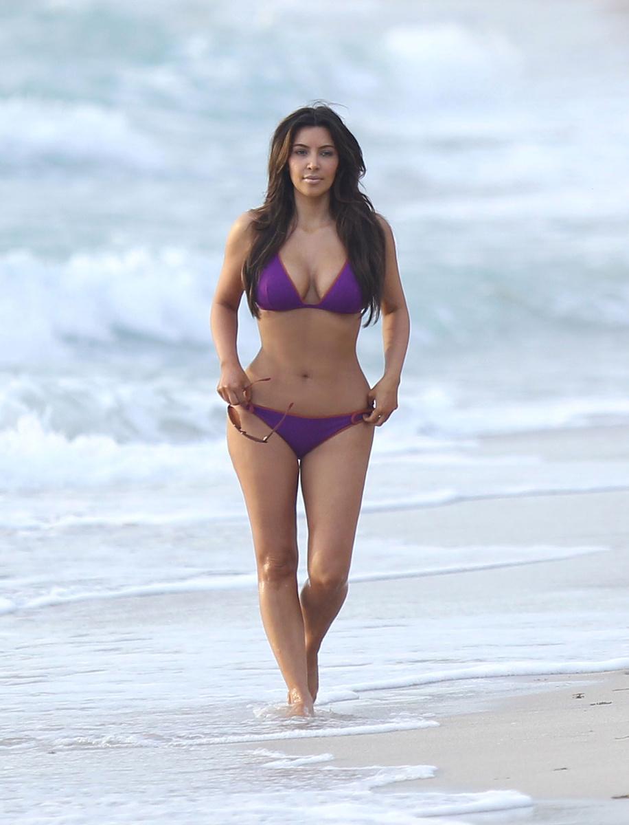 Ким Кардашьян в спортивном бикини на пляже Майами