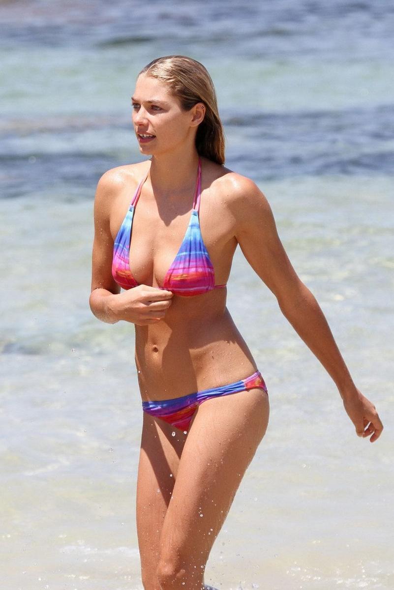 Джессика Харт в ярком бикини на пляже Бонди Бич