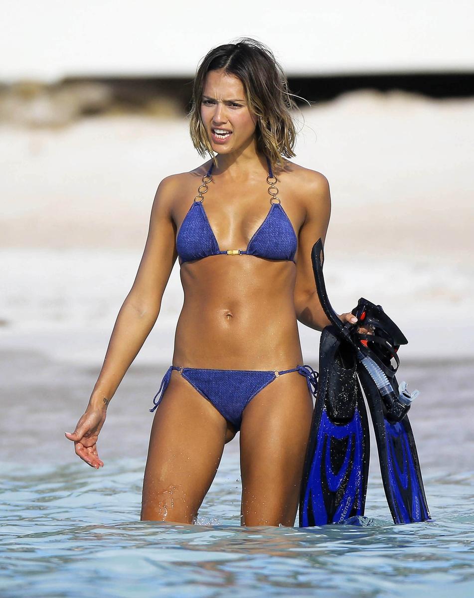 Celebrities bikinis natural — img 12