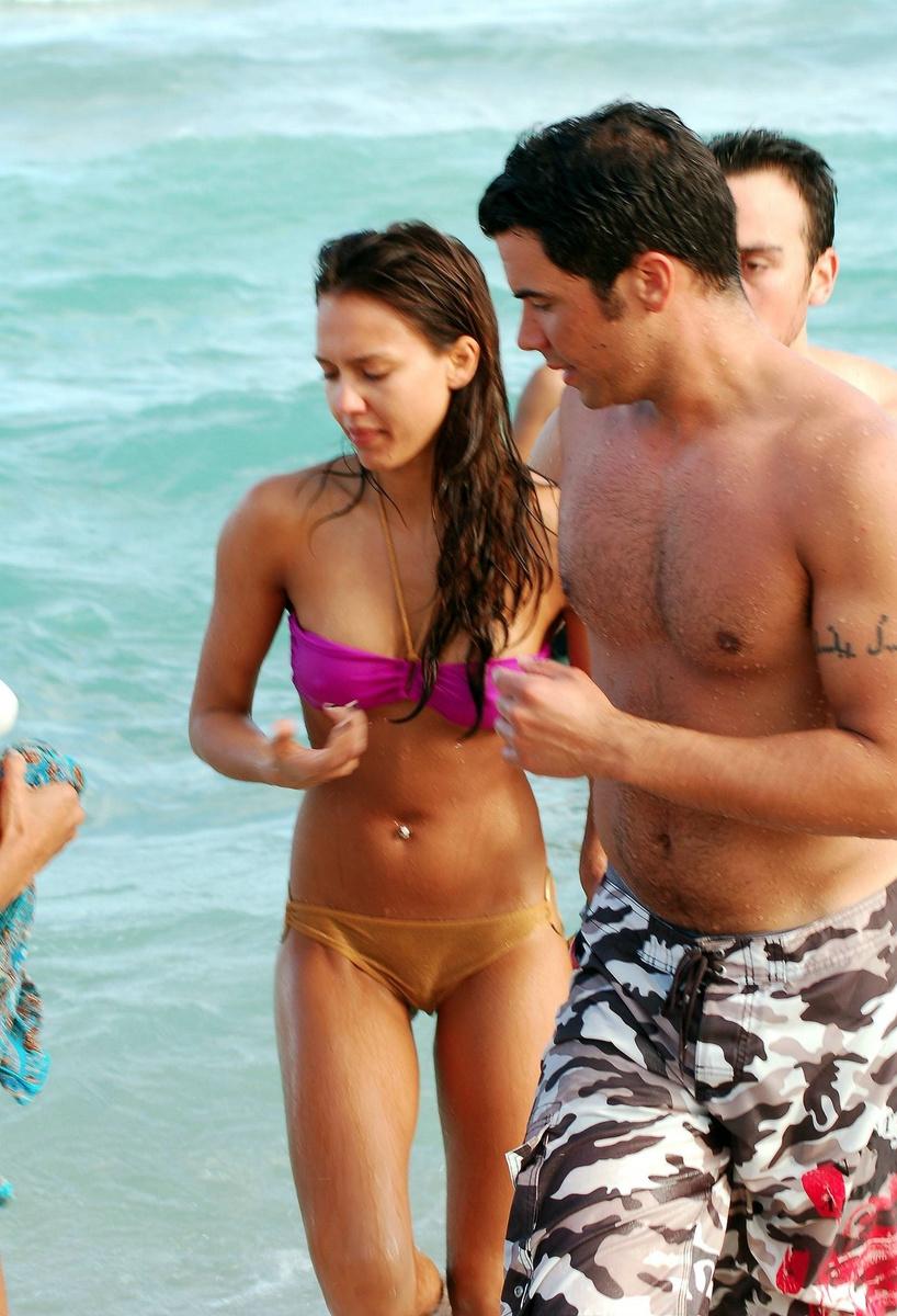 Джессика Альба в лиловом купальнике в Майами