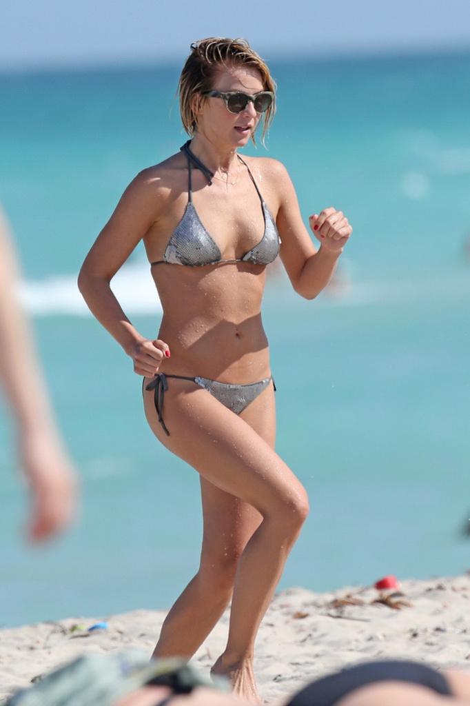 Джулианна Хаф в серебристом купальнике в Майами