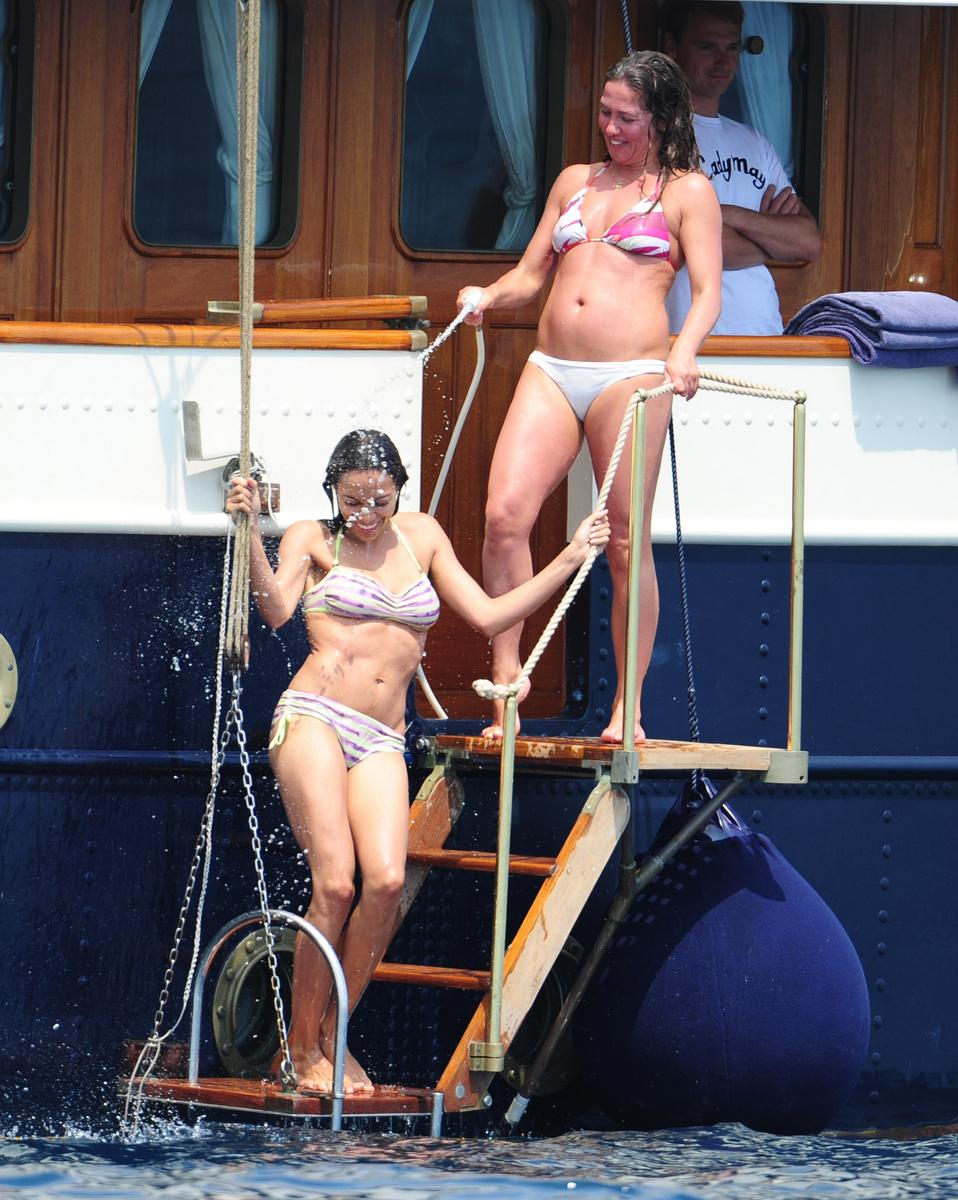 Розарио Доусон в полосатом купальнике в Каннах