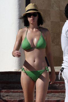 Кэти Пэрри в зеленом купальнике на пляже в Мексике