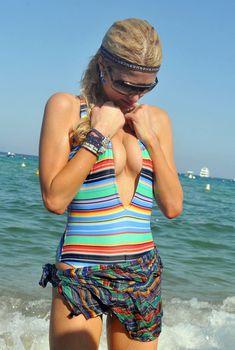 Пэрис Хилтон в полосатом купальнике в Сен-Тропе