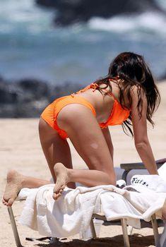 Эшли Тисдейл в оранжевом купальнике на Гавайях