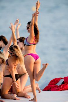 Нина Добрев веселится с подругами на яхте в Сан-Тропе
