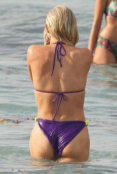 Джулианна Хаф в фиолетовом бикини в Майами