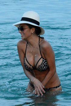 Николь Шерзингер засветила сосок в пятнистом купальнике