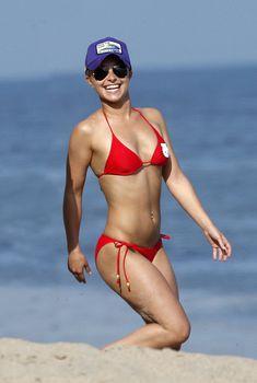 Хайден Панеттьери в красном купальнике на пляже Малибу