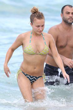 Спортивная Хайден Панеттьери на пляже