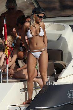 Рита Ора развлекается на яхте