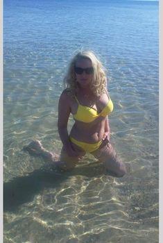 Елена Кондулайнен в ярко-желтом бикини в Тунисе