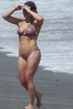 Хилари Дафф в розовом бикини отдыхает в Малибу