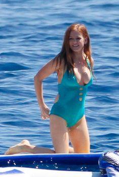 Айла Фишер в бирюзовом слитном купальнике