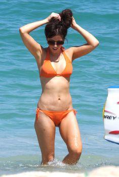 Кейт Бекинсейл в оранжевом купальнике