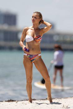 Джоанна Крупа в светлом купальнике-бандо в Майами