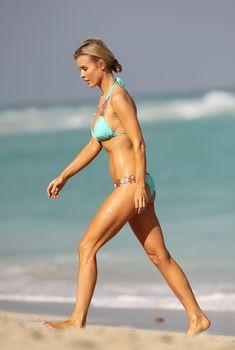 Джоанна Крупа в мятном купальнике развлекается с мужем на пляже