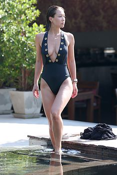 Роскошная грудь Майлин Класс в черном купальнике