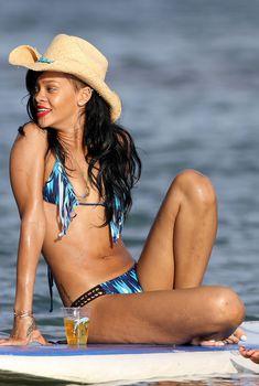 Сексуальная Рианна в синем купальнике с бахромой на Гавайях