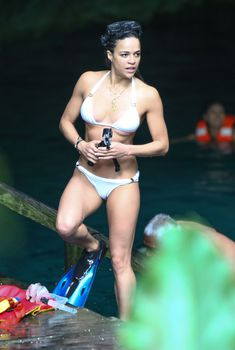 Мишель Родригес в белом купальнике активно отдыхает в Мексике