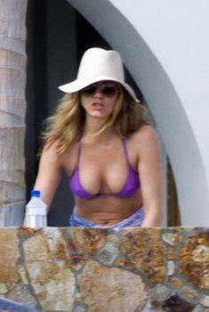 Дженнифер Энистон в фиолетовом купальнике