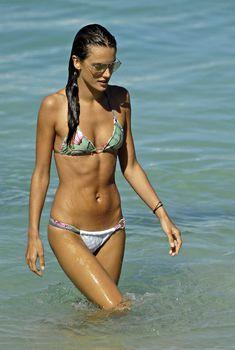 Алессандра Амбросио в бикини с цветами на пляже Сен-Бартелеми