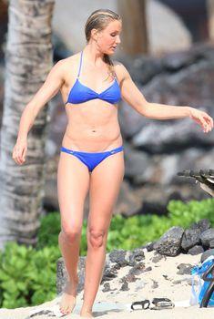 Камерон Диаз в голубом купальнике развлекается на побережье Гавайев
