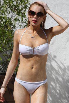 Линдси Лохан в белом бикини у бассейна
