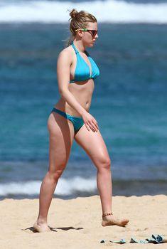 Скарлетт Йоханссон в голубом бикини на пляже Гавайев