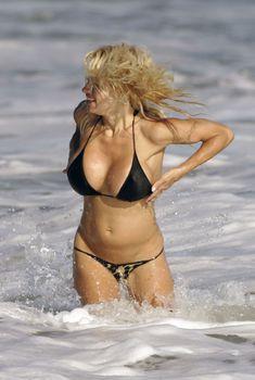 Горячая Памела Андерсон в черном бикини на пляже
